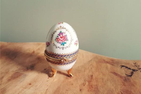Oeuf en porcelaine, motif floral, boîte secrète