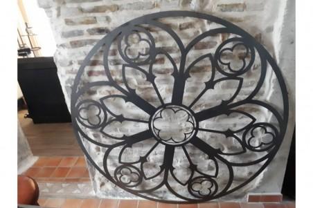 Rosace en métal découpé style vitrail gothique