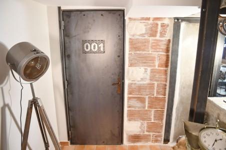 Porte métal riveté avec numéro style indus pour déco industrielle effet chambre d'hôtel